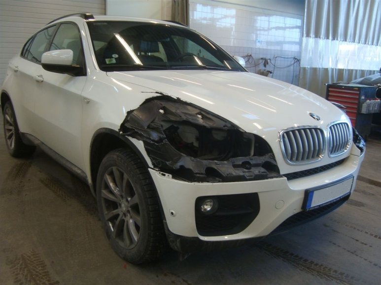 BMW X6 išplėštais žibintais