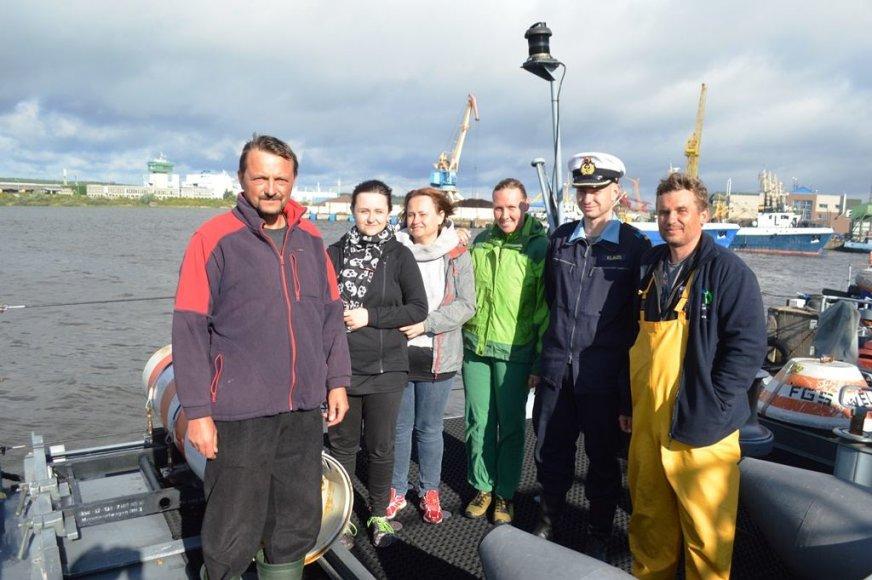 pirmas iš kairės – jachtos MAUS kapitonas Tomasz Kubacki, antras iš dešinės – laivo FGS WEILHEIM  vadas kapitonas leitenantas Martin Klaus.