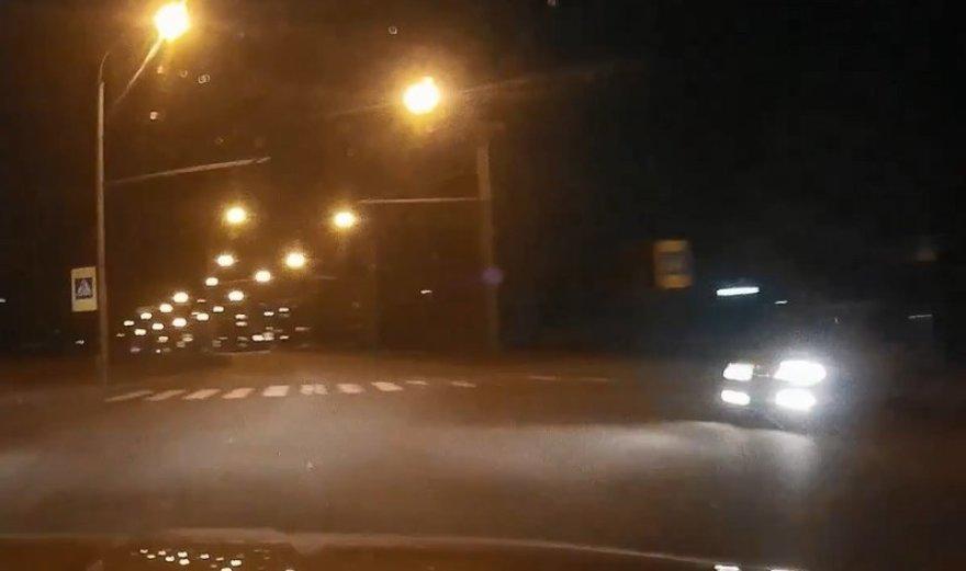 Sankryžoje išlindo automobilis