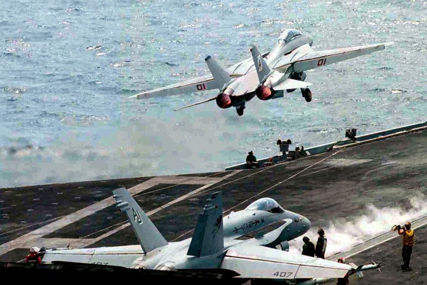 Į orą kylą naikintuvas F-14