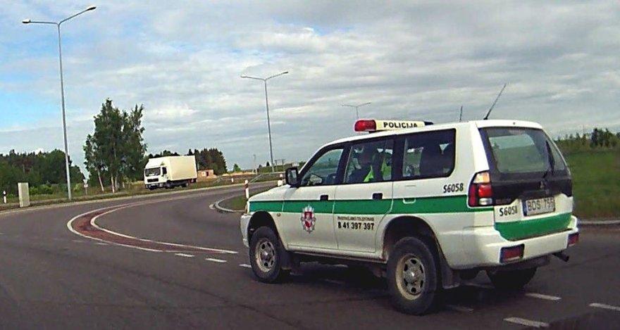 Žiedinėje sankryžoje pasiklydo policijos automobilis