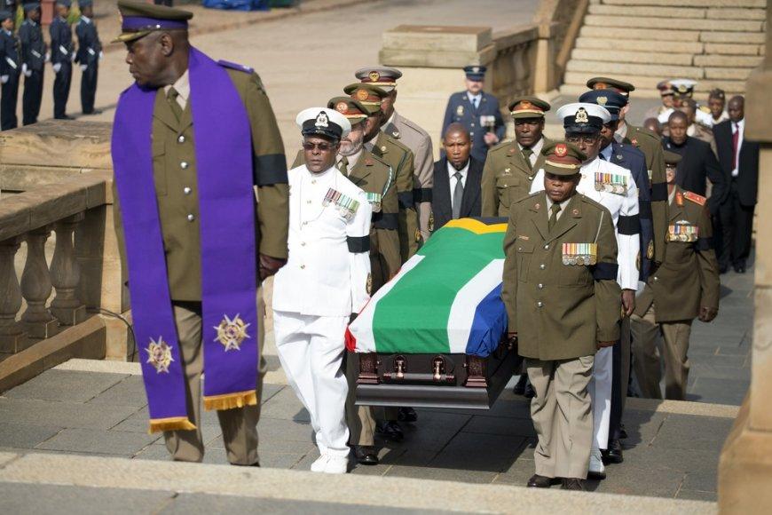 Į Pietų Afrikos Respublikos vyriausybės rūmus nešamas Nelsono Mandelos karstas