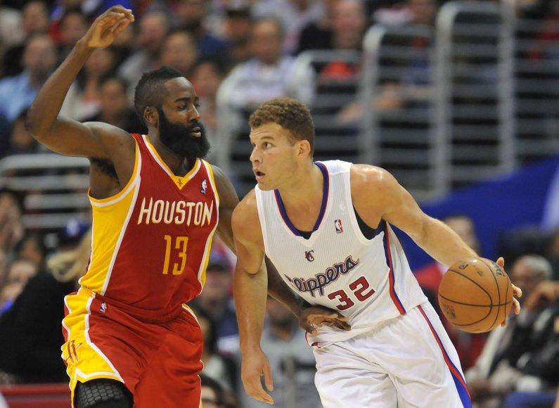 """Blake'as Griffinas (su kamuolius) nustelbė Jamesą Hardeną ir """"Rockets"""""""