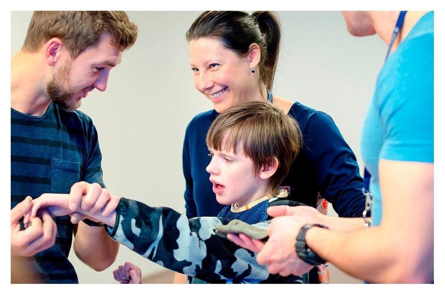 Delfinariume tiriamas delfinų terapijos efektyvumas vaikams.