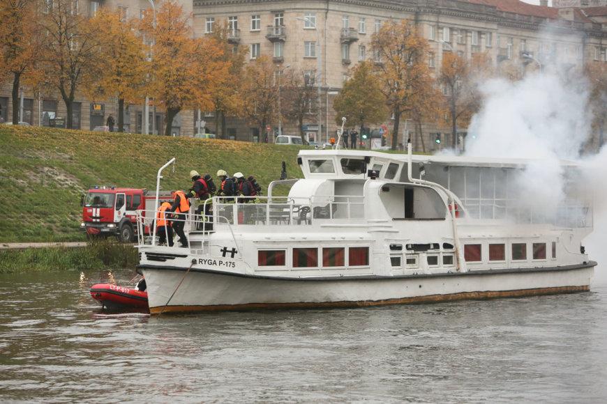 Iš plaukiančio laivo rūko dūmai, teko gelbėti žmones