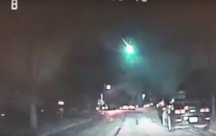 Policijos automobilio kameros užfiksuotas meteoro vaizdas