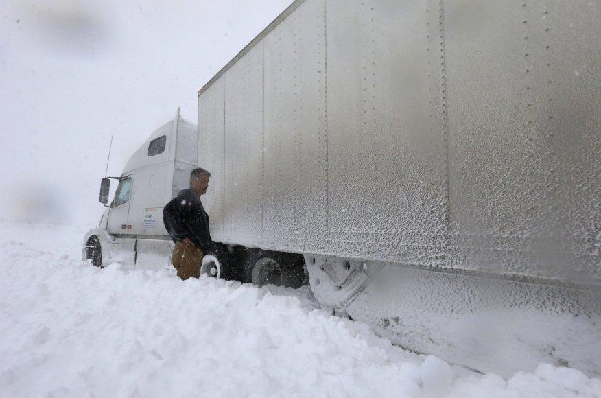 Sniege įstrigęs vilkikas