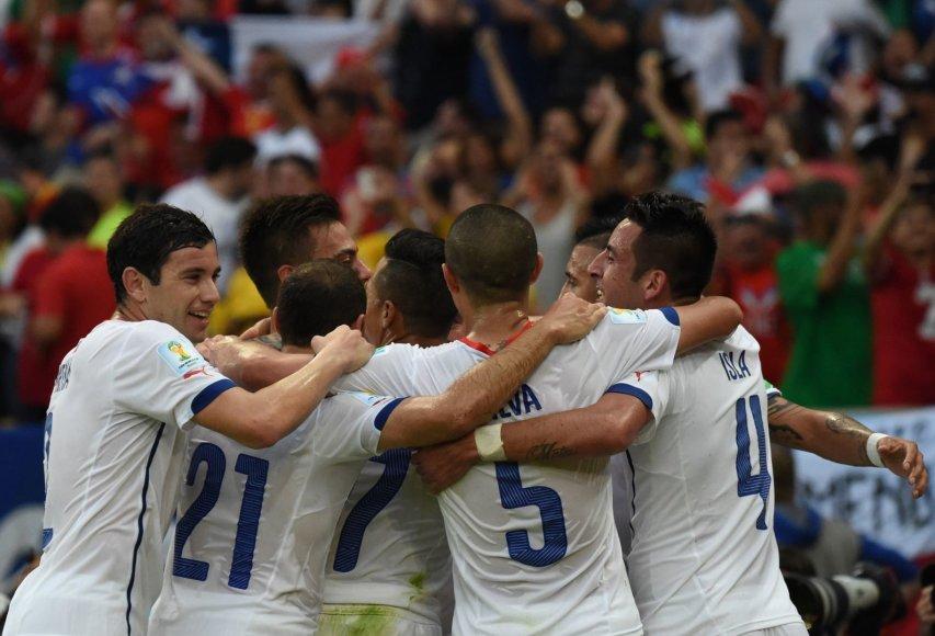 Čilės futbolininkai džiaugiasi Charleso Aranquizo įvarčiu