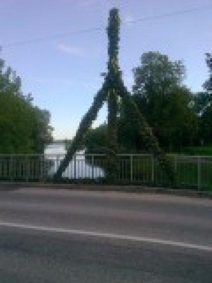 Klausučių ir Juostaviečių bendruomenių nariai nupynė šias puošmenas Biržų miesto šventei, o jaunieji padaužos jas sumetė į upę.