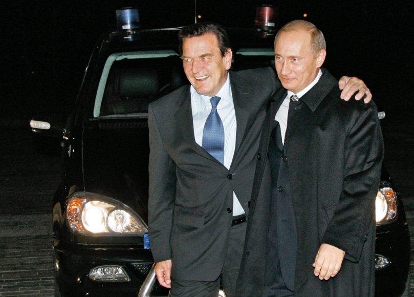 Vokietijos kancleris Gerhardas Schroederis ir Rusijos prezidentas Vladimiras Putinas 2005 metais