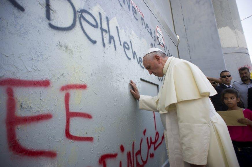 Popiežius Pranciškus prie sienos, skiriančios Vakarų Krantą ir Izraelį
