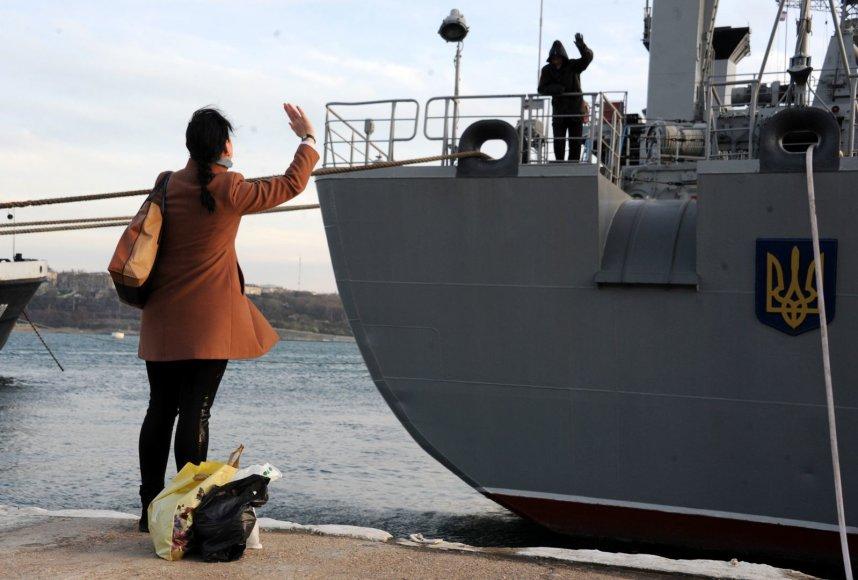 """Moteris mojuoja jūreiviui, esančiam Ukrainos kariniame laive """"Slavutič"""""""