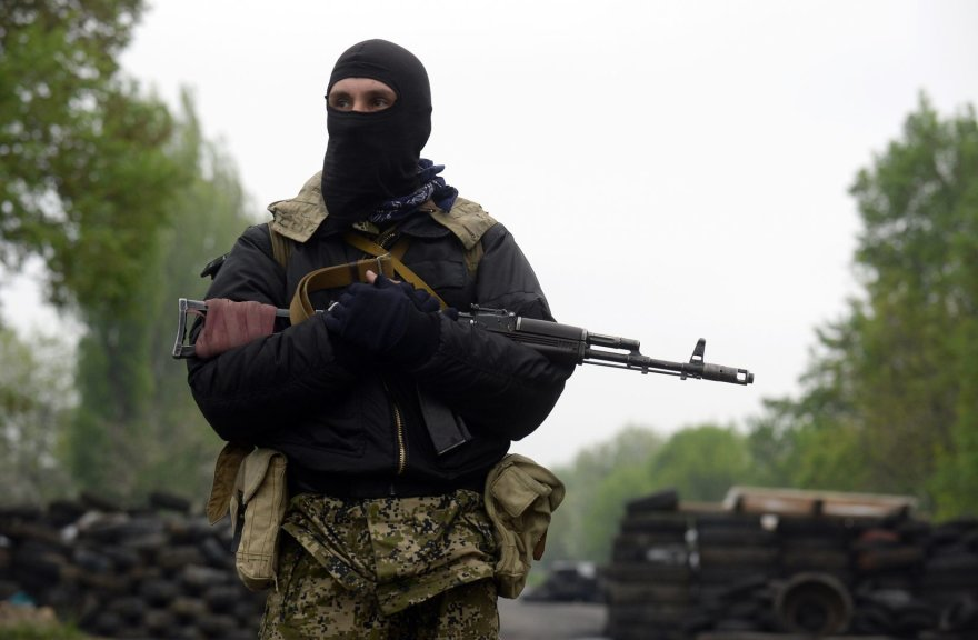 Ginkluotas prorusiškas separatistas Slovjanske