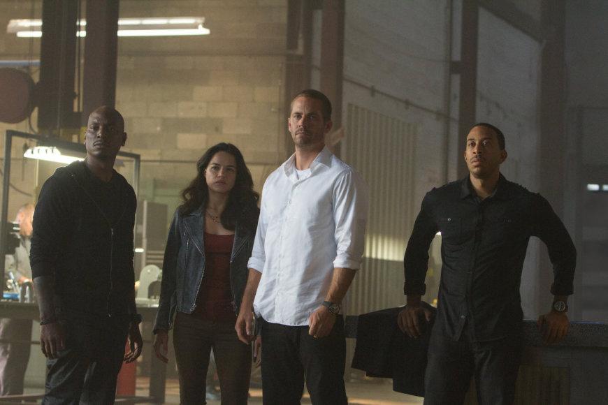"""Kadras iš filmo/Tyrese'as Gibsonas, Michelle Rodriguez, Paulas Walkeris ir Ludacrisas filme """"Greiti ir įsiutę 7"""""""