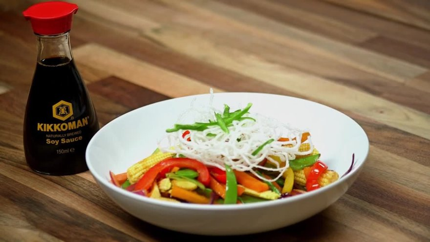 WOK daržovės su traškiais ryžių vermišeliais