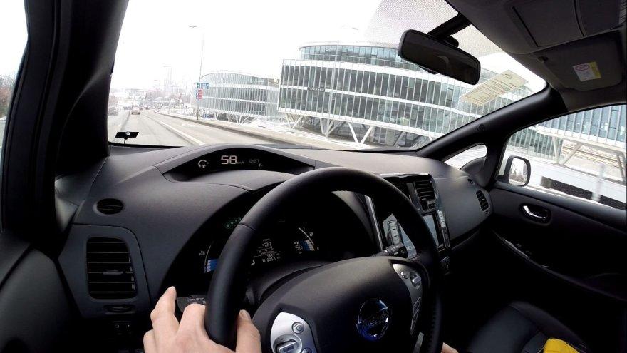 Elektromobilis, kaip ir hibridinis automobilis, gali savo kinetinę energiją paversti elektra