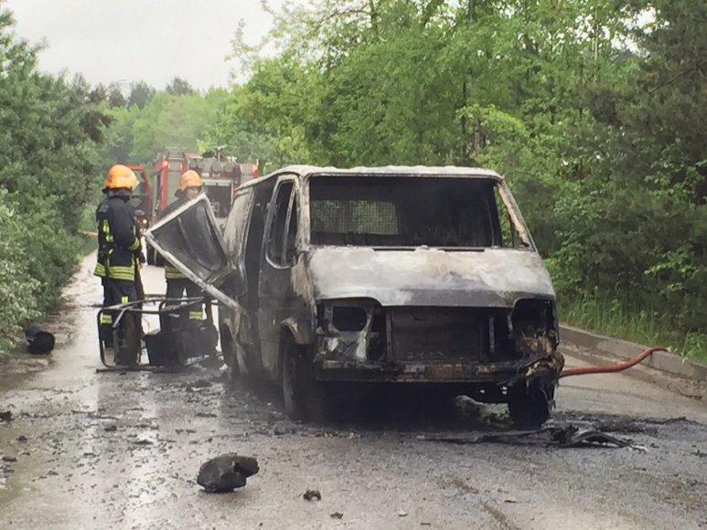 Sudegęs mikroautobusas įvykio vietoje