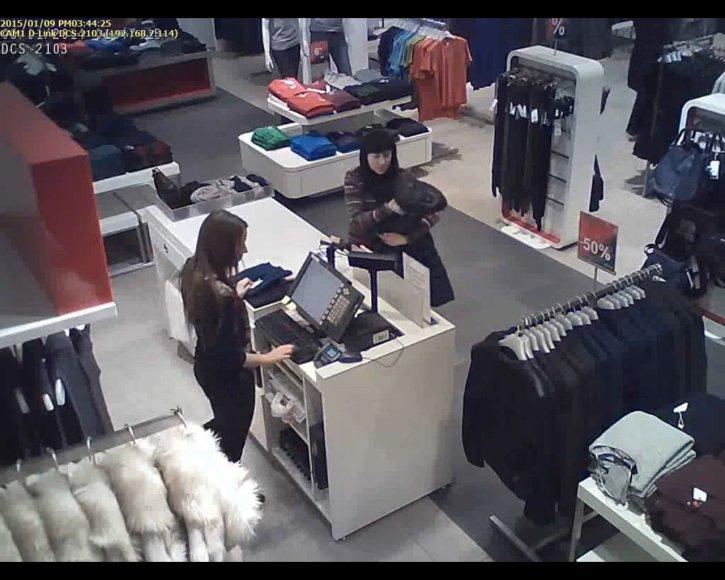 Nufilmuota nesąžinga pirkėja ir išsiblaškiusi pardavėja