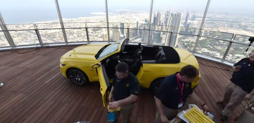 """""""Ford Mustang"""" surenkamas """"Burj Khalifa"""" pastate"""