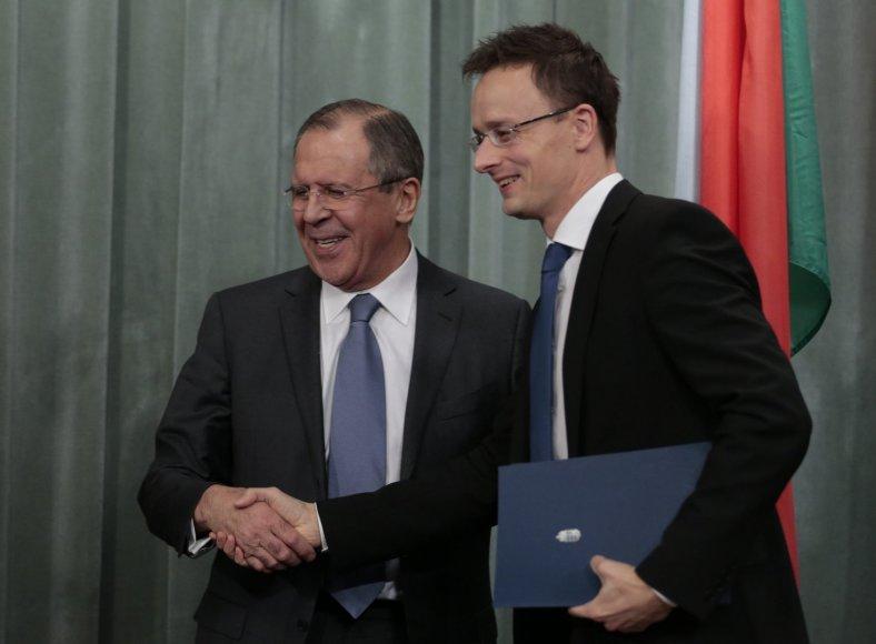 Rusijos užsienio reikalų ministras Sergejus Lavrovas su kolega iš Vengrijos Peteriu Szijjarto