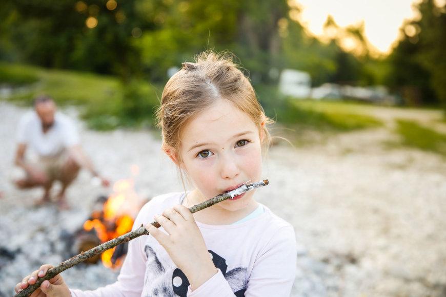 Mergaitė stovyklauja su šeima