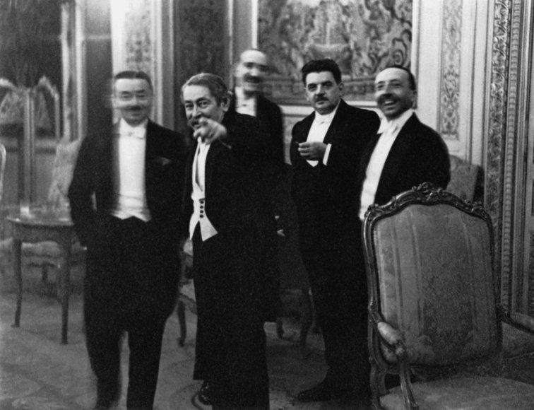 """Aristide's Briandas rodo į Erichą Salomoną sušukdamas """"Štai! Pažiūrėkit!"""", Paryžius, 1931 m."""