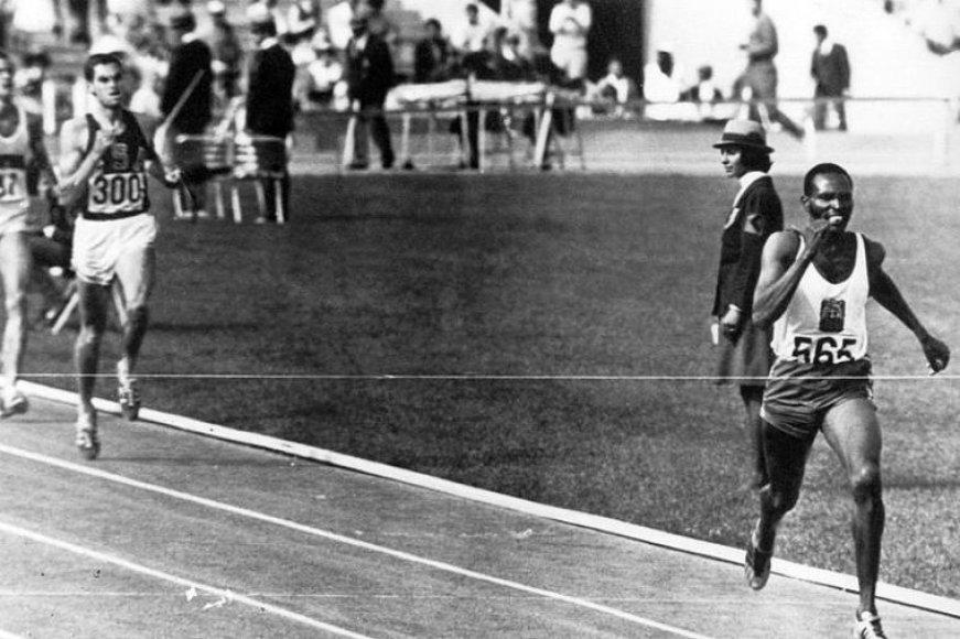 Jimas Ryunas bergždžiai vejasi Kipchoge Keino 1500 m distancijoje