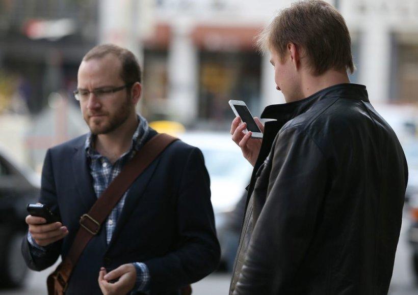 Žmonės naudojasi telefonais