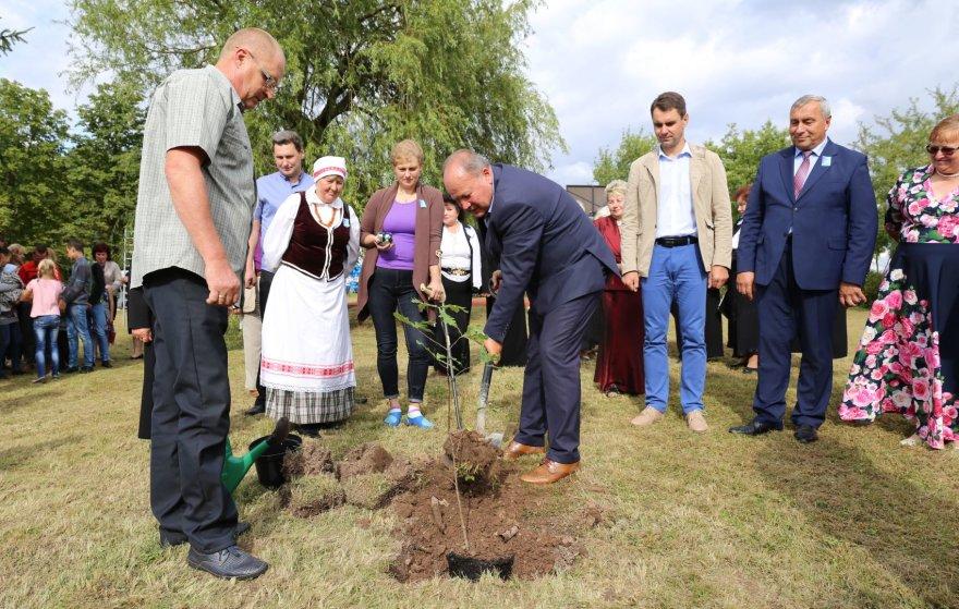 Padauguvos bendruomenė Andriaus Gudžiaus garbei pasodino ąžuolą