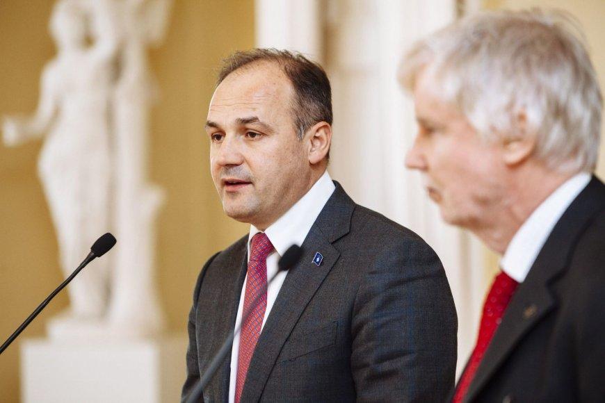 Enveris Hoxhajus (kairėje)