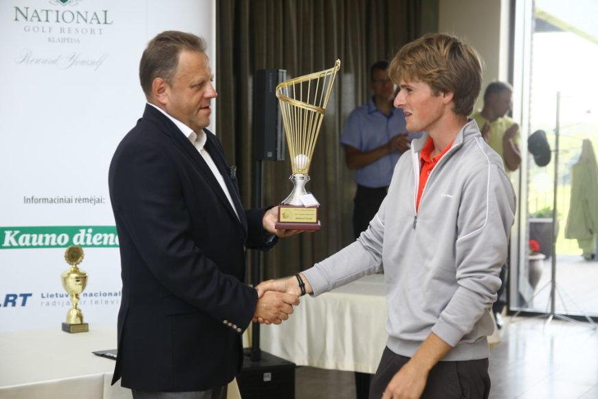 LGF prezidentas R.Dovidaitis apdovanoja nugalėtoją Kornelijų Baliukonį.