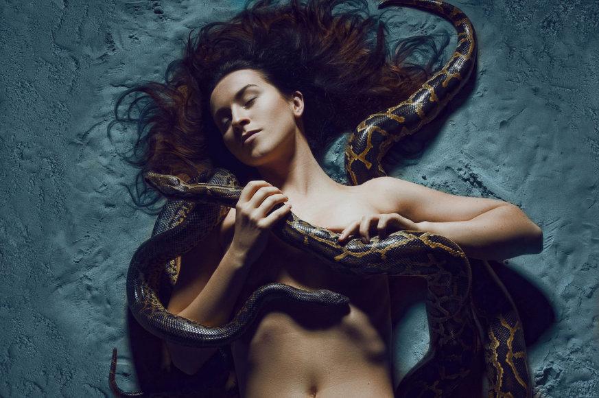 Dainininkės Catrinah fotosesija su gyvatėmis