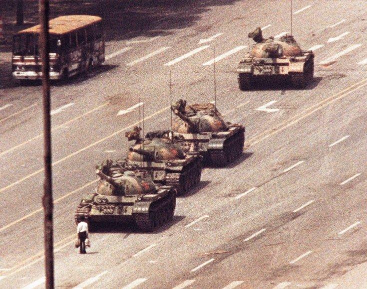 Pekine vyras užstojo kelią į Tiananmenio aikštę važiuojantiems tankams (1989 m. birželio 5 d.)