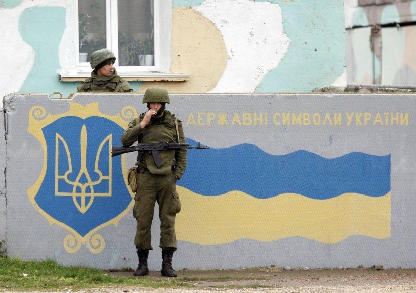 Rusų kariai prie Simferopolio oro uosto