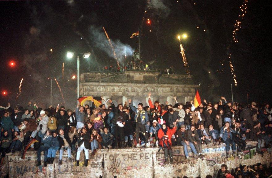 Žmonės švenčia pasitinkant 1990 metus prie Berlyno sienos