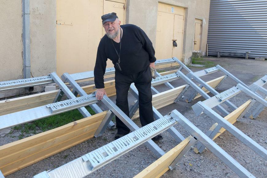 Šiaulietis dizaineris V. Puronas – suoliukų sukūrimo ir pastatymo iniciatorius.