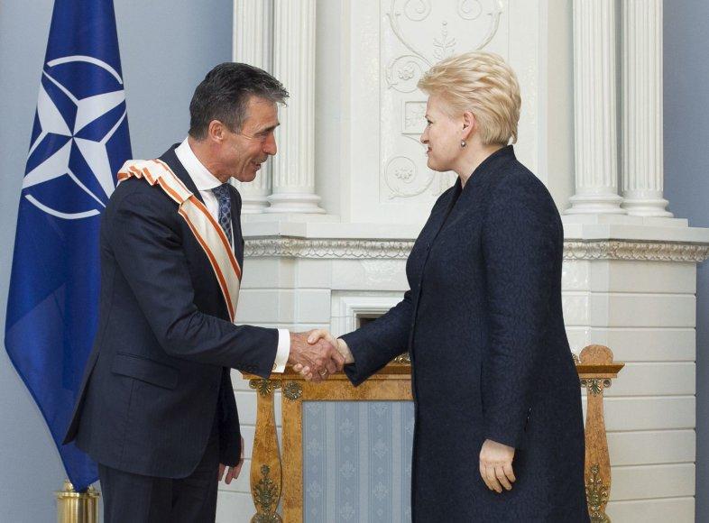 Dalia Grybauskaitė apdovanojo Andersą Foghą Rasmusseną.