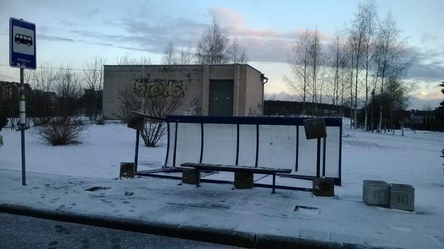 Vėjas sugriovė autobusų stotelę Pilaitėje