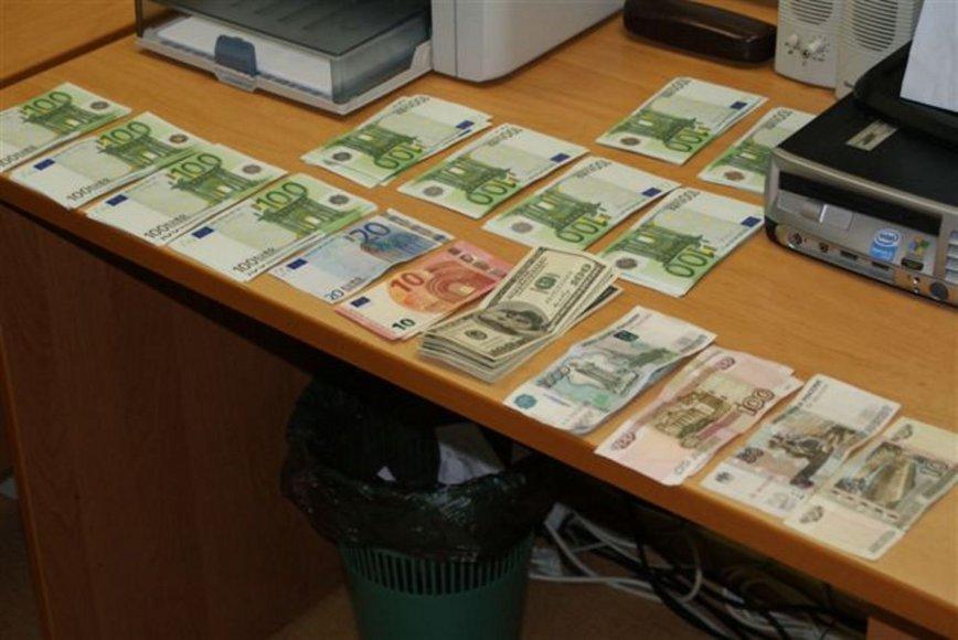 Nuo muitininkų bandyta nuslėpti nedeklaruotus pinigus