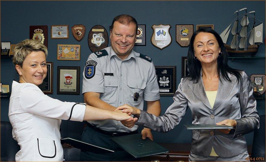 Sutartį pasirašė Policijos generalinis komisaras S.Skvernelis, Lietuvos policijos profesinės sąjungos pirmininkė R.Katinienė (dešinėje) ir Lietuvos teisėsaugos pareigūnų federacijos pirmininkė L.Soščekienė.