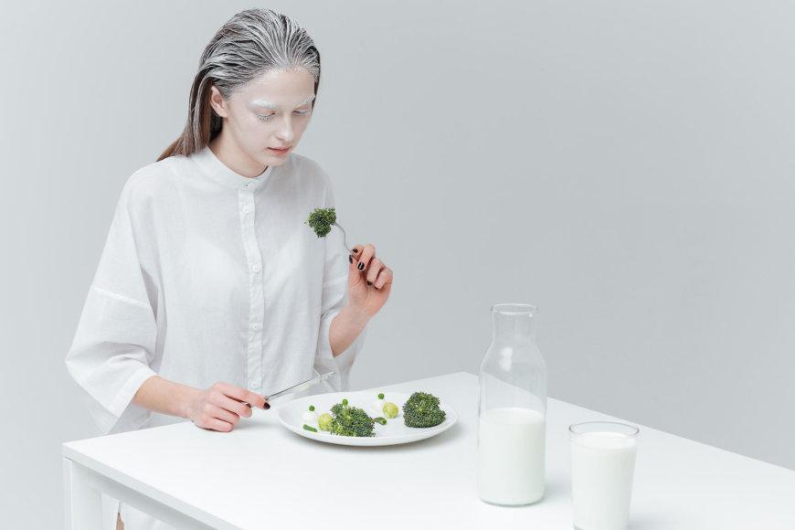 Moteris lėtai valgo