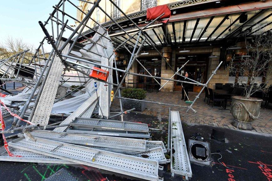 Bordo mieste vėjas išvartė statybų pastolius.