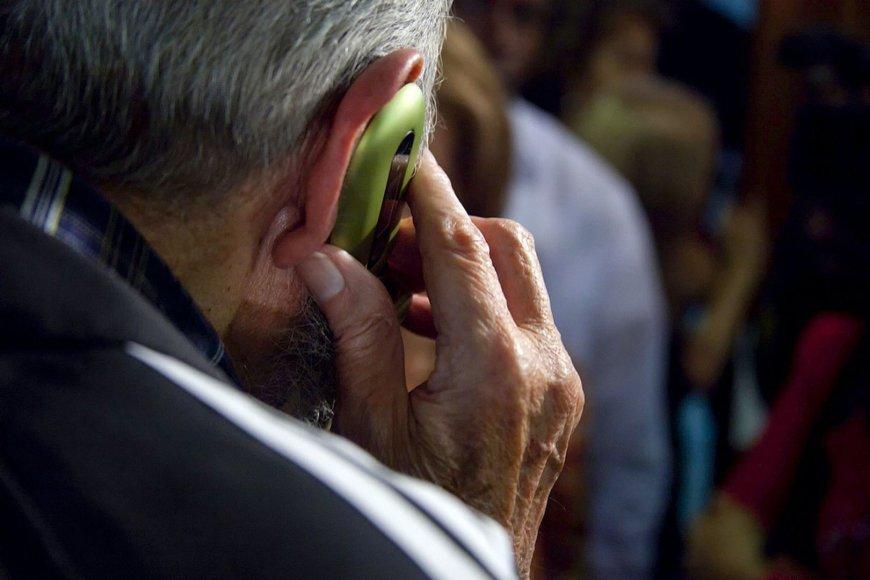 Žmogus kalba mobiliuoju telefonu Kuboje