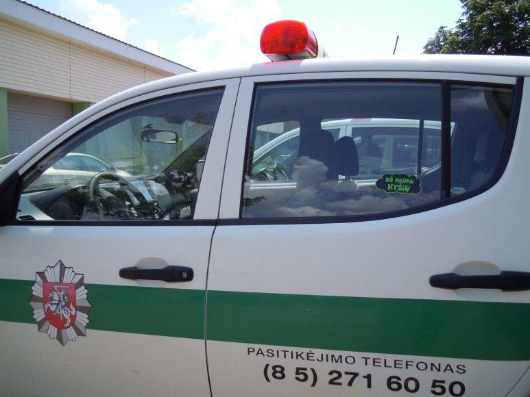 Šalčininkų rajono policijos komisariato pareigūnai ir antikorupciniais lipdukais paženklintas tarnybinis transportas.