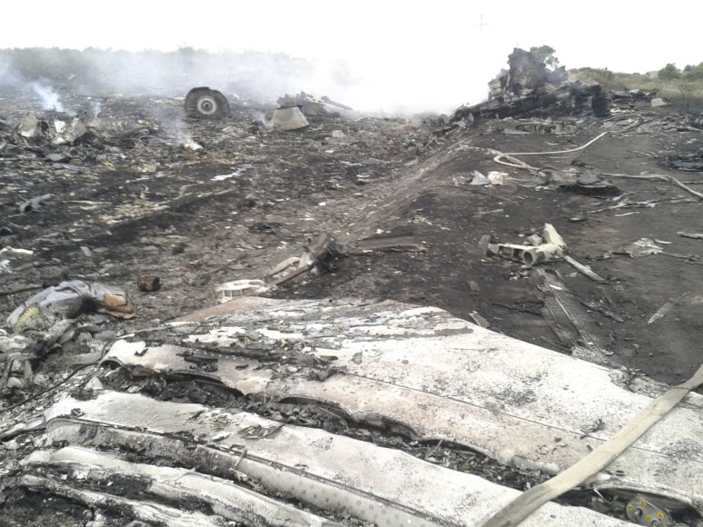 """Ukrainoje sudužęs Malaizijos laineris """"Boeing 777"""" su 295 žmonėmis numuštas iš Rusijos teritorijos"""