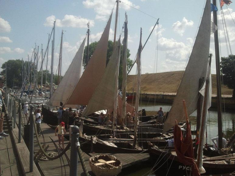 Pilies uostelyje išsirikiavo senoviniai laivai