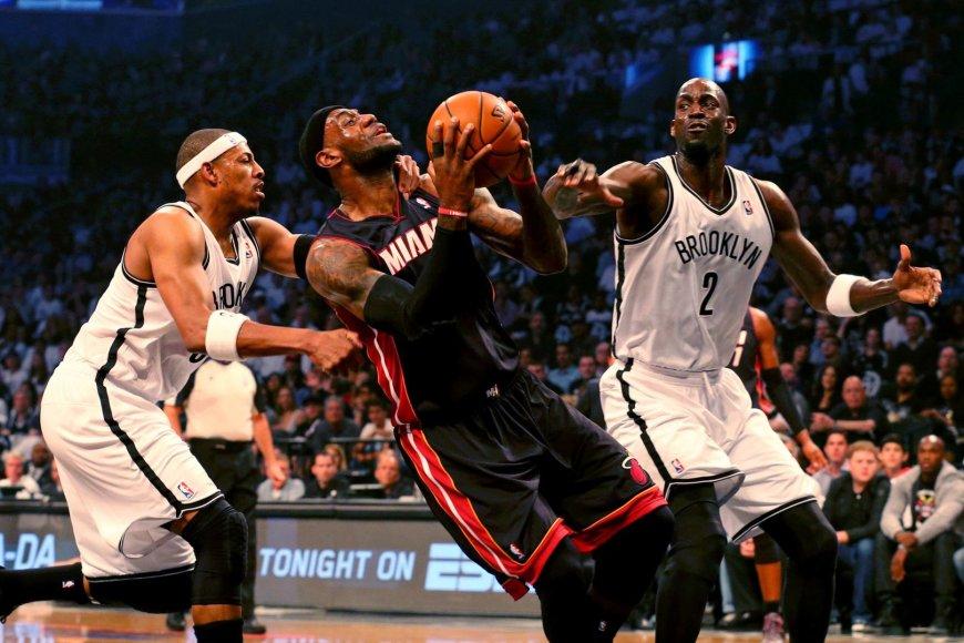 """""""Nets"""" žaidėjas Paulas Pierce'as stabdo """"Heat"""" lyderį LeBroną Jamesą"""