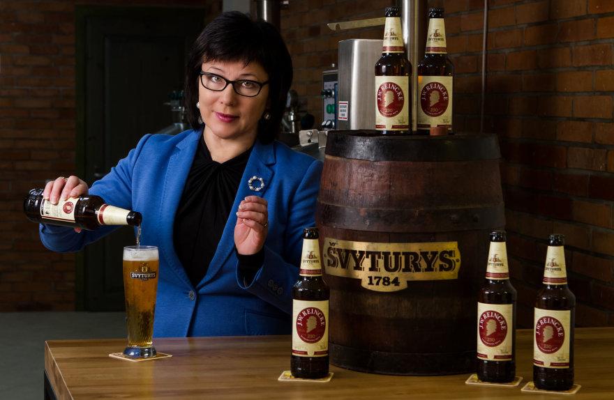 """""""Švyturio"""" įkūrėjo vardu pavadintam alui skyrėme geriausias žaliavas. Ypatingo aromato ir kilmingumo šaltyje subrandintam """"J.W. Reincke"""" alui suteikia kilmingieji apyniai"""", – sako """"Švyturio"""" vyriausioji aludarė, """"J. W. Reincke"""" recepto kūrėja Džuljeta Armonienė. Nerijaus Jankausko nuotr."""