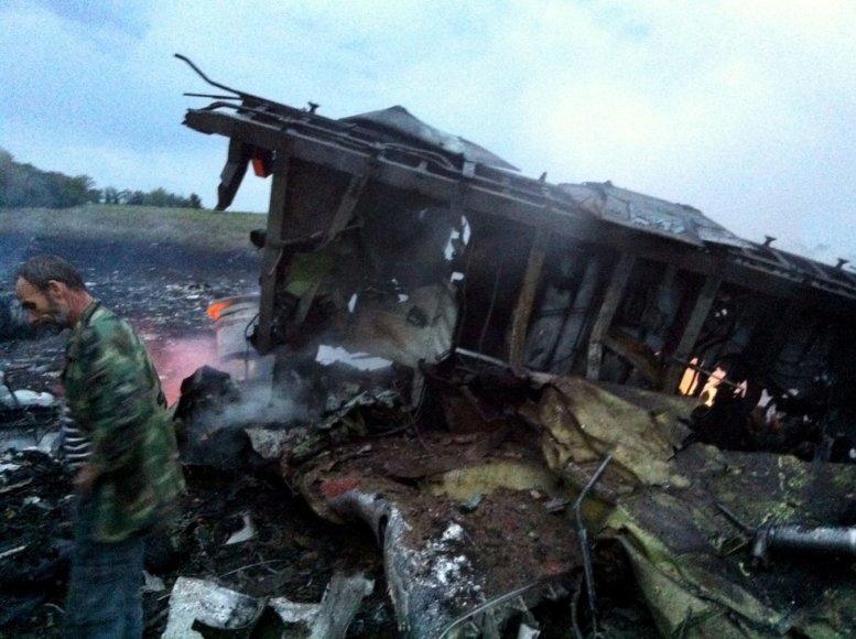 """Prie Rusijos ir Ukrainos sienos sudužo """"Boeing 777"""" su 295 žmonėmis"""