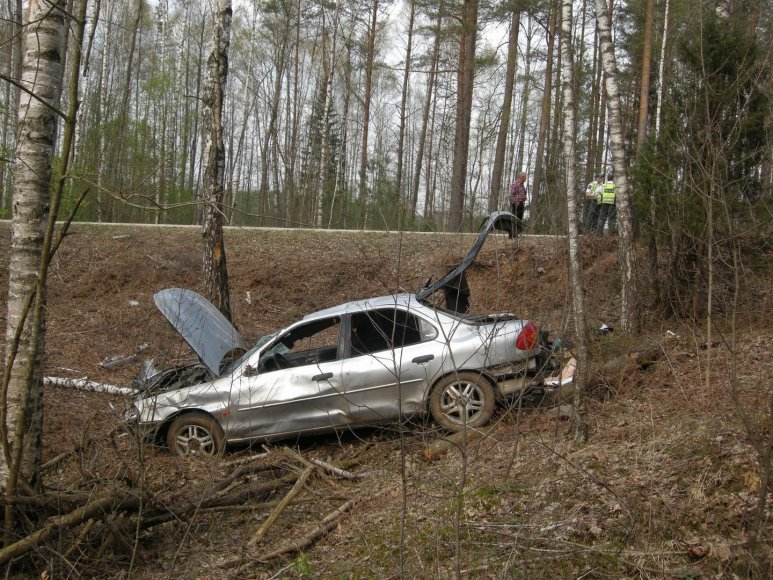 """""""Ford Mondeo"""" automobilis po avarijos Molėtų rajone"""